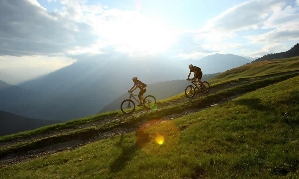 Mountainbike, Gleitschirm oder Wanderstöcke – Abenteuer auf dem Bauernhof in Villnöss